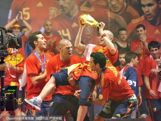 2010世界杯,西班牙新王加冕,伊涅斯塔手捧大力神杯.
