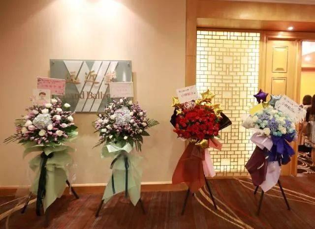 粉丝们送上的祝花美美哒,小林也有与它们合照哦!图片