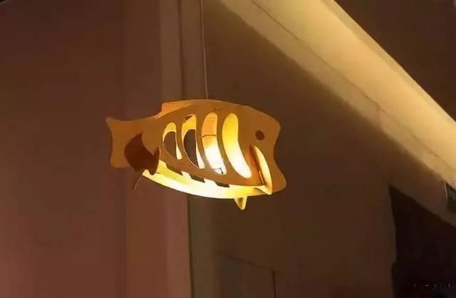 利用塑料板手工制作鱼儿吊灯,非常喜庆的感觉有木有,带有年年有余