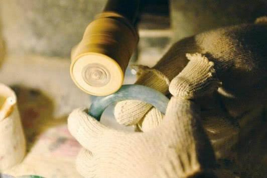 而手镯冲胚常操作高档方法,而定型机冲胚用于于中低档手镯.温控仪的适用手工图片
