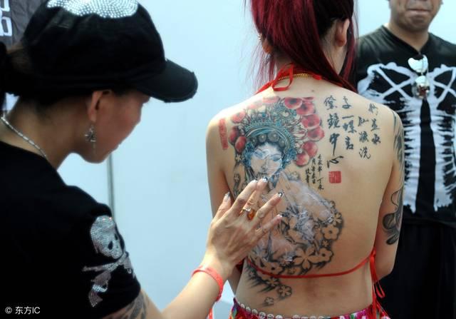 纹身美的都能以假乱真当成衣服遮体了,可是真的不怕疼