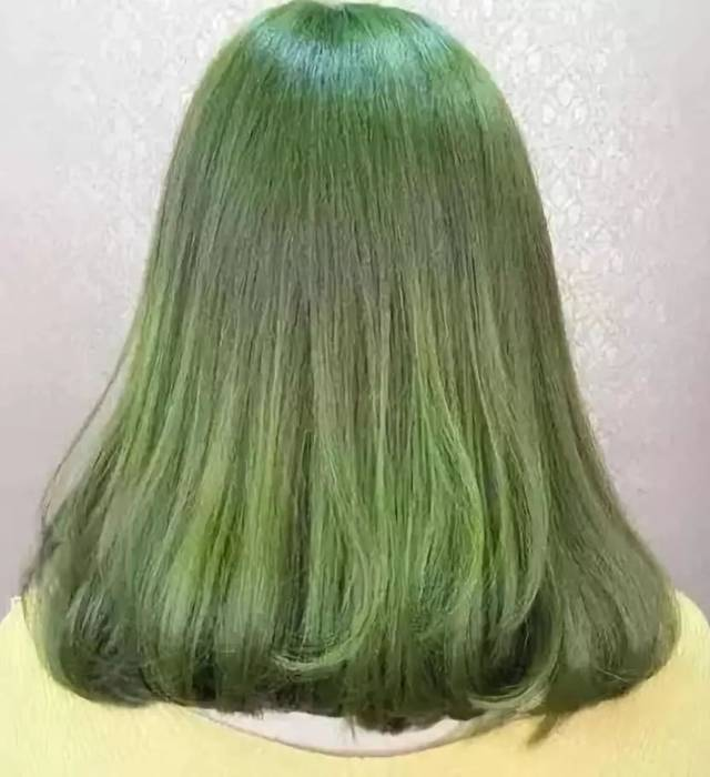 雾面灰色 雾面系的发色,会令头发呈现出半透明的效果,也就更能衬托