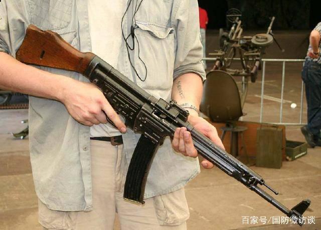 为在有限射程内实现可控连发射击,并使步枪小型化,该枪引入了缩短型