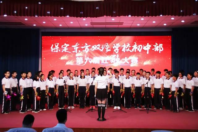 有些班级还将分声部合唱,舞蹈,朗诵等形式加入到这次的红歌比赛中来图片