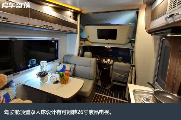 双人对坐卡座沙发可以同时乘坐4人,中间设计的是可移动小桌板.图片