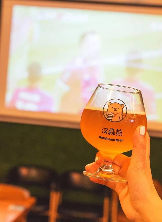在汉森熊可以一边喝着啤酒图片