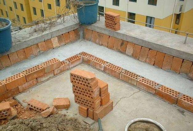 装修第五步:然后继续砌砖,砌个50cm高的花坛就可以了!图片