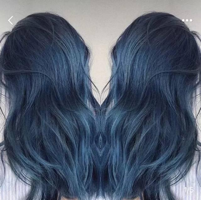 染上冷酷的灰蓝发色,可以说是酷酷女孩本人了.