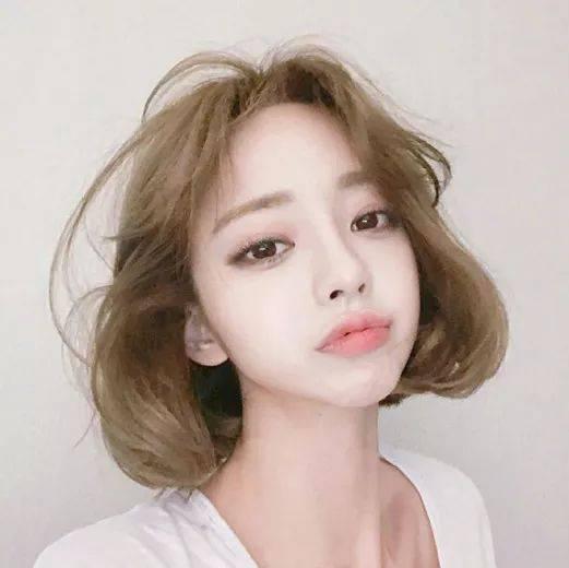 长度齐肩短发的妹子可以试试这一款烫发发型,在发尾位置烫出一个大大图片