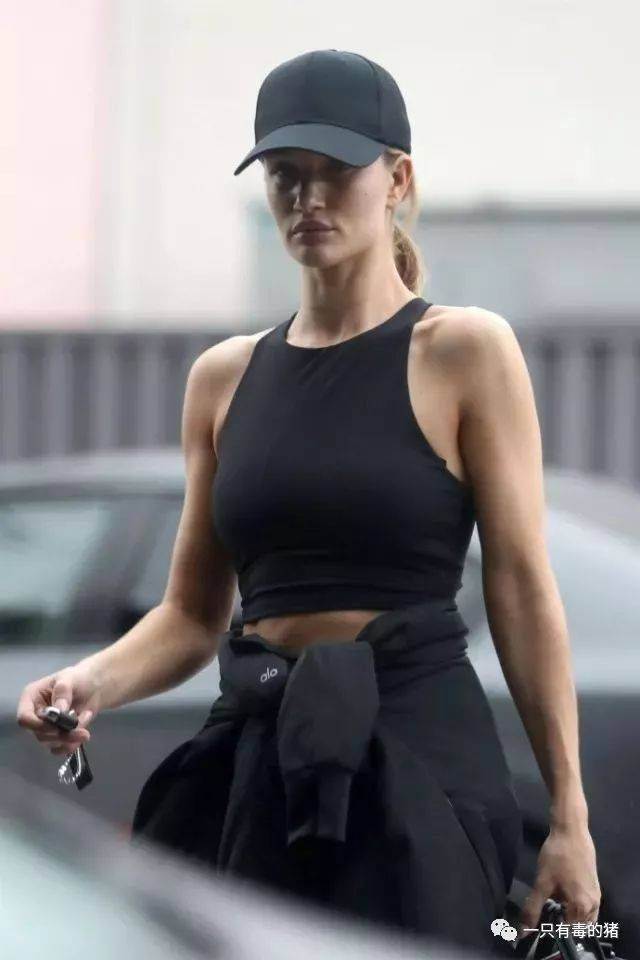 最近拍到她健身完的照片,手臂肌肉线条清晰.