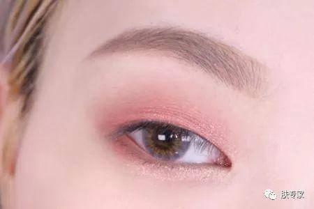 提亮局部区域. 3,使用棕色眼线笔紧贴睫毛根部画眼线, 眼尾自然下垂.图片