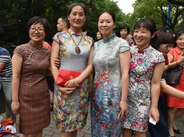 老师穿红衣,家长秀旗袍,学姐跳热舞……高考首日她们比考生还忙!