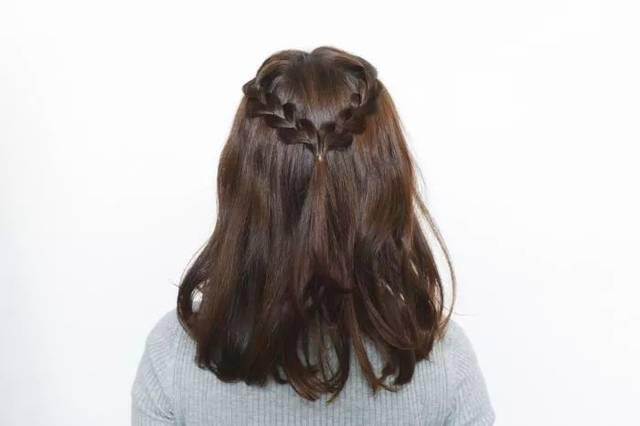 在刚才那两个麻花辫下面各抓一小部分头发,扎成公主头,再把绑起来的图片