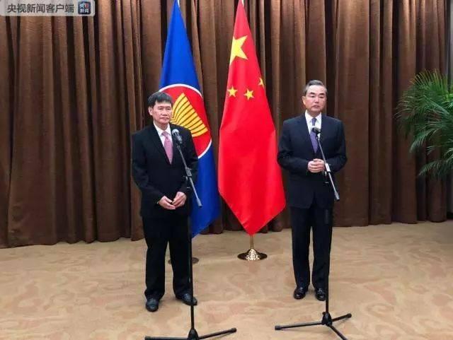 中国外交部长王毅今天(12日)在北京会见了来华访问的东盟秘书长林玉辉图片