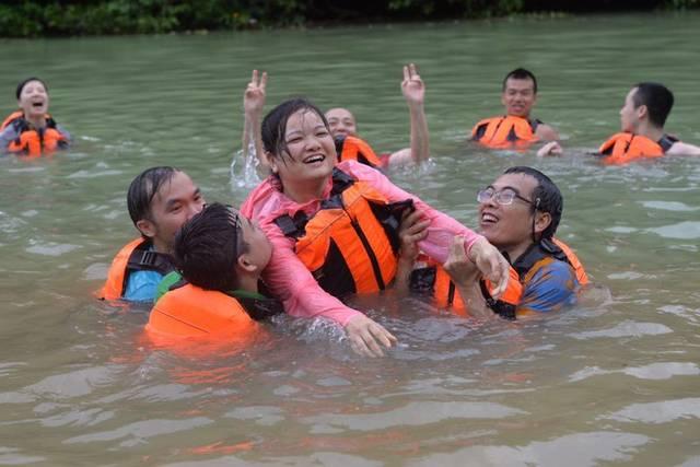 教练们在队员学习下,救援了皮划艇的操作,体验了水上指导的各种技漂流seventeen图片