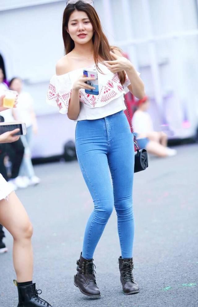 街拍: 蓝色紧身牛仔裤搭配雪纺漏肩上衣, 小姐姐有复古优雅的风范