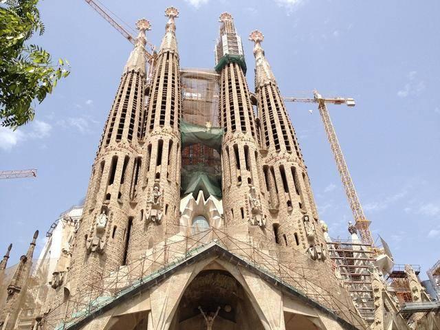 由西班牙建筑师安东尼奥·高迪设计.