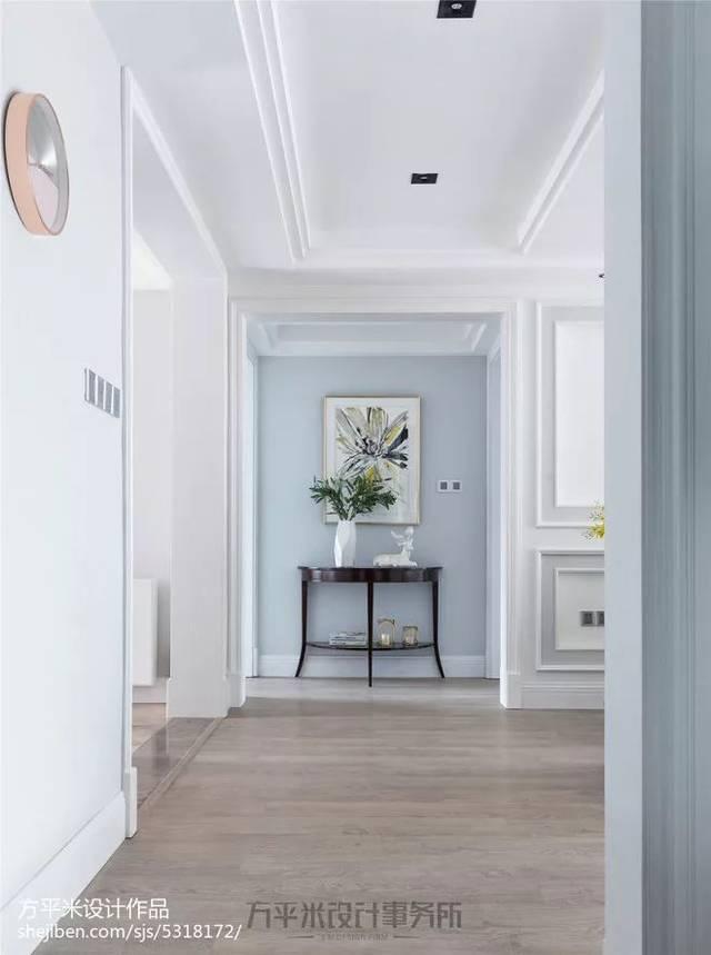 走廊尽头的繁花装饰画作,推门入户即映入眼帘,为全屋淡雅清新灰蓝色调图片