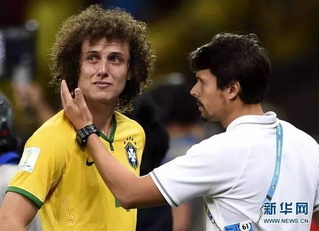 巴西队球员大卫·路易斯泪流满面