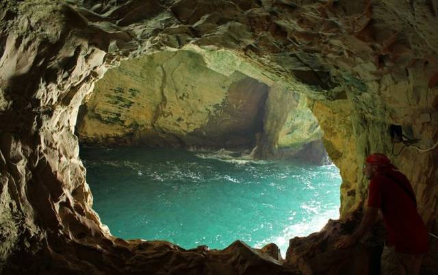 美女美穴居野处_西诺亚洞是津巴布韦的一处古人类穴居的遗址,也是吸引游客的一处古代