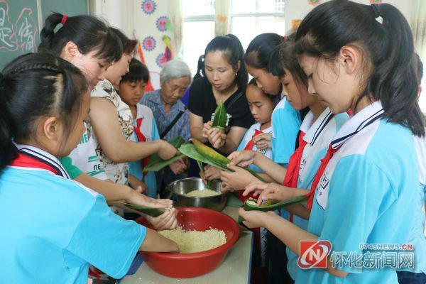 洪江区中山路小学学生diy包粽子 体验端午节的风俗图片