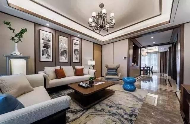 客厅电视墙以大理石质感为主体,两侧留白的设计,在木边框的点缀下整