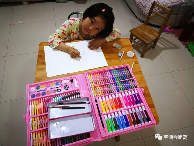 """围绕""""我的书屋·我的梦""""主题,零距离""""四点半公益小课堂""""学生通过描绘"""