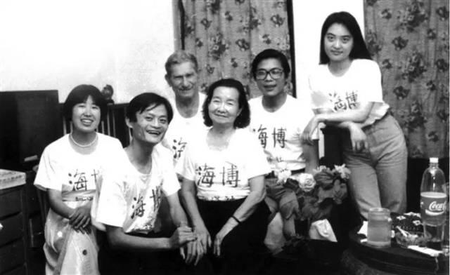 1994年,海博翻译社诞生,所有员工加起来只有5人。
