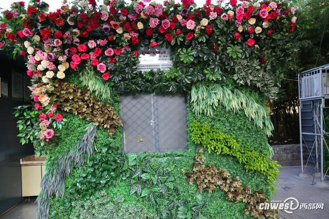 这些仿真花和绿植布置得很精心,很艺术.