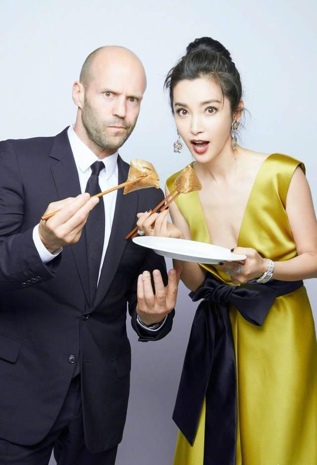 李冰冰晒与杰森・斯坦森一起吃粽子的合照,美女和硬汉