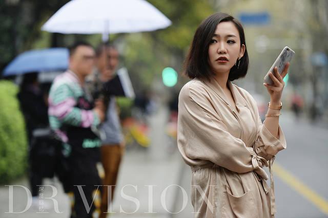 上海女人视频下载_穿着睡衣,顶着发卷的上海女人,你们的时髦早被写进了时尚史