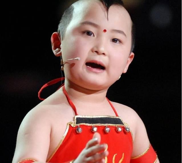 出生童子命 6岁登春晚走红8岁白血病去世 命薄童子发型压不住图片
