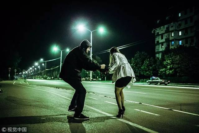 深夜擦笔笔_女子深夜遇抢劫,淡定劝导对方!结果劫匪真被感动
