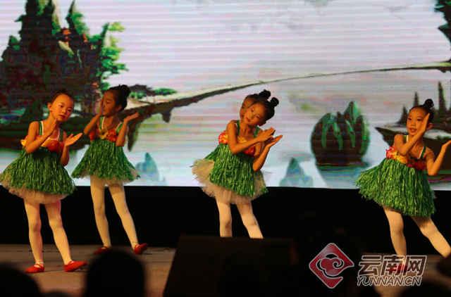 创意手绘各民族歌舞