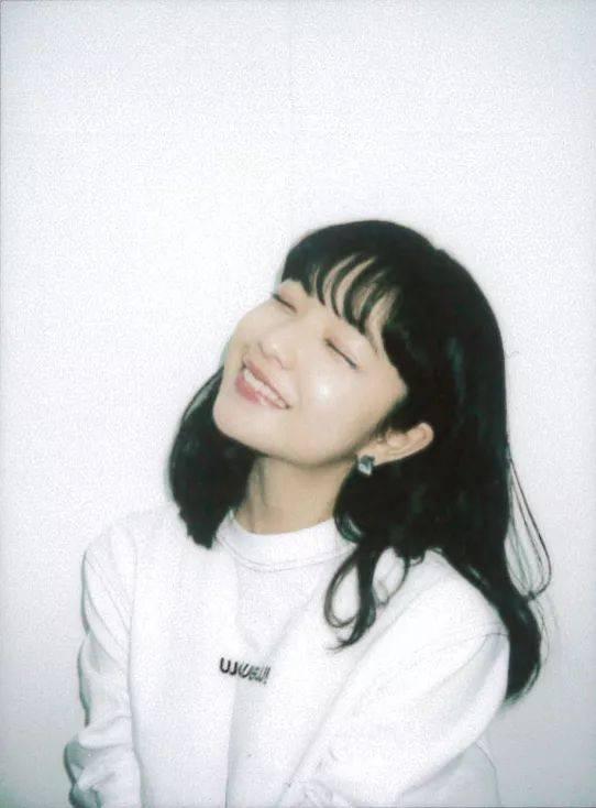 作为一位青春美少女,田中芽衣私下的穿搭自然少不了各种卫衣,t恤的