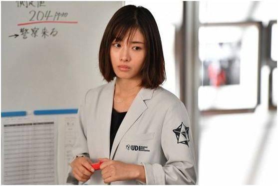 日本女演员石原里美,在剧中饰演探索欲爆棚,正义感十足的聪慧女法医三