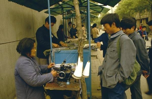 那时候的衣服很少有成衣,大多是在商店里扯了布,再去找裁缝师傅做衣