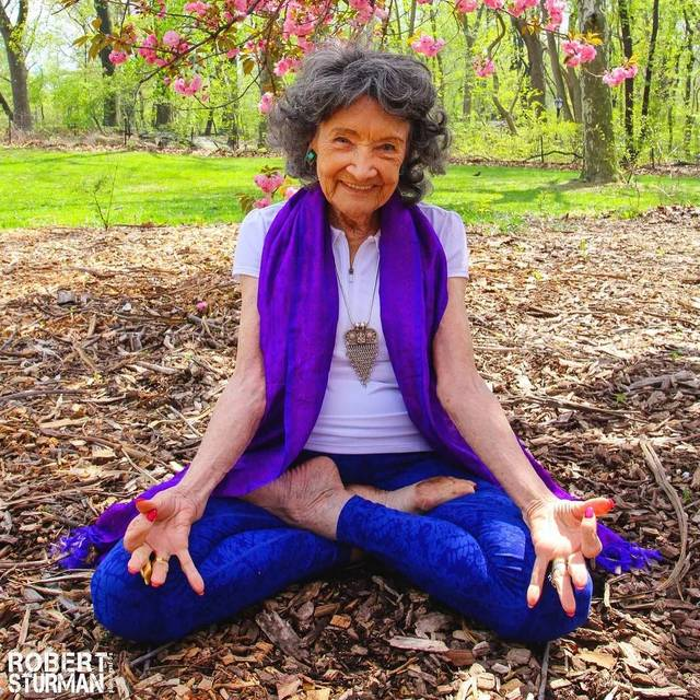 99歲瑜伽奶奶的最新寫真,太美了圖片