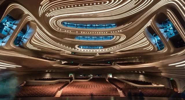 大剧场以为世界一流表演提供场地为设计目标,包含大堂,衣帽间,酒吧
