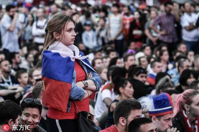 人人色55岁_俄罗斯球迷齐聚莫斯科广场看球 人人神色紧张