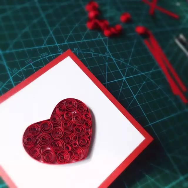 准备材料:丝带,彩纸,订书机 制作步骤:将卡片纸折叠一半图片