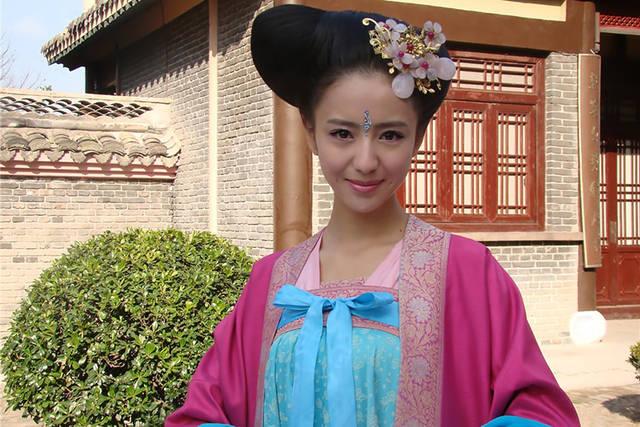 唐宫美人天下花絮:杨幂的豹纹丝巾很眼熟,佟丽娅颜值拯救了发型