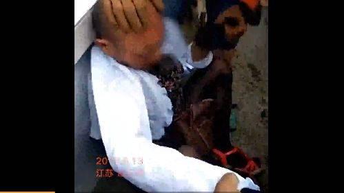 女厕所偷拍b毛_老头穿黑丝高跟鞋 女厕偷拍当场被捉 6月13日,江苏连云港一年龄较大