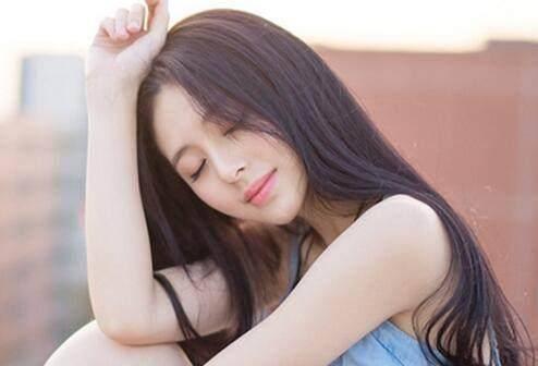 中分长直发 这种发型的女生首先看上去就很文静,是属于气质美女型的图片