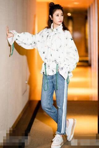 42岁林心如罕有尝试街头随意风,夹克牛仔裤配板鞋变身图片