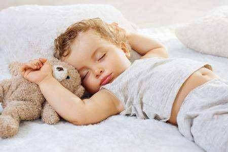 睡着也喜欢趴着睡,其实让孩子趴着睡觉对孩子来说也是很不健康的睡姿.