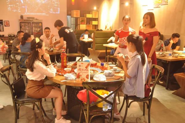 美女用奶水撸大鸡巴_美女吃货团们在给小龙虾拍美美的照片