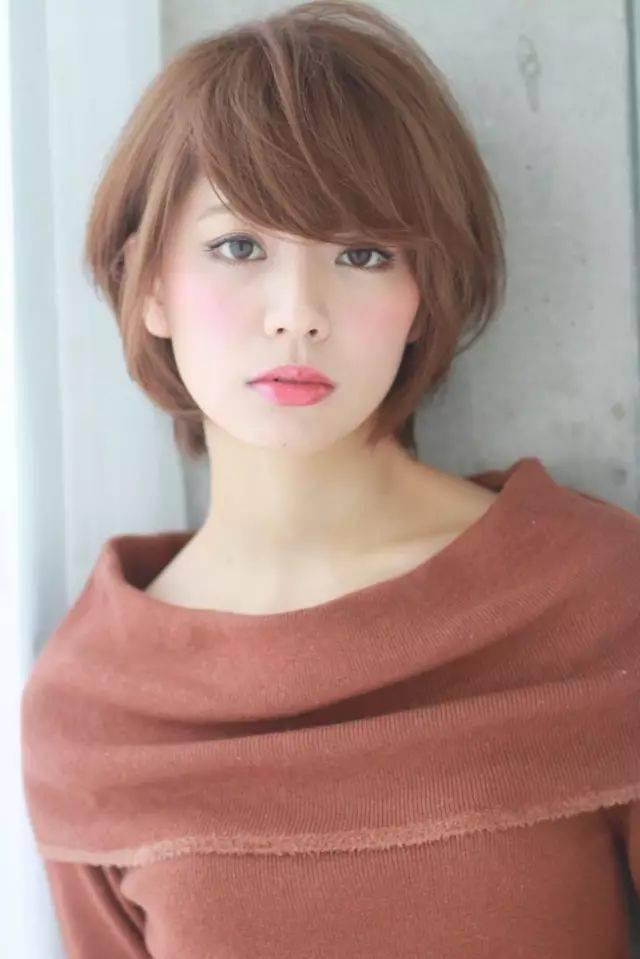 甜美的侧分波波头短发,内扣发尾蓬松瘦脸,甜美减龄的女生瘦脸发型.图片