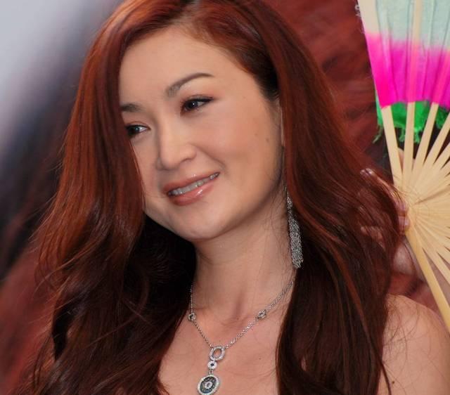 温碧霞为何多年不换发型,她撩起头发的时候暴露了原因图片