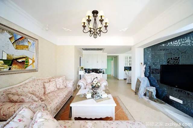 客厅以墨黑色的暗透明花纹玻璃为电视背景墙,别具一格;粉色碎花布艺